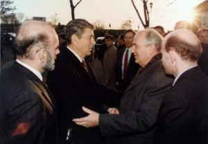 Reagan-Gorbachev_shaking_hands_1988-12-07 (Mobile)